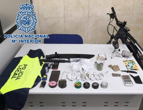 Detenido por vender droga en Benidorm y guardar un uniforme de la Policía y una defensa extensible
